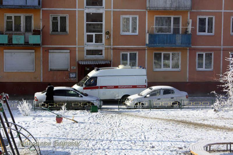 машины ставят где попало, потому что нет парковок