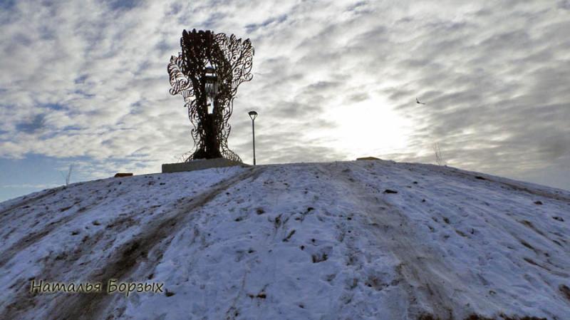 поющее дерево на насыпном кургане