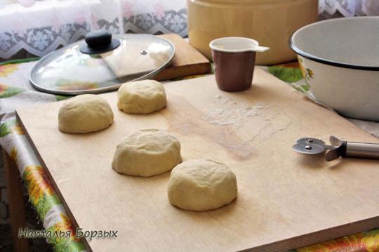 разделываю тесто на лепёшки