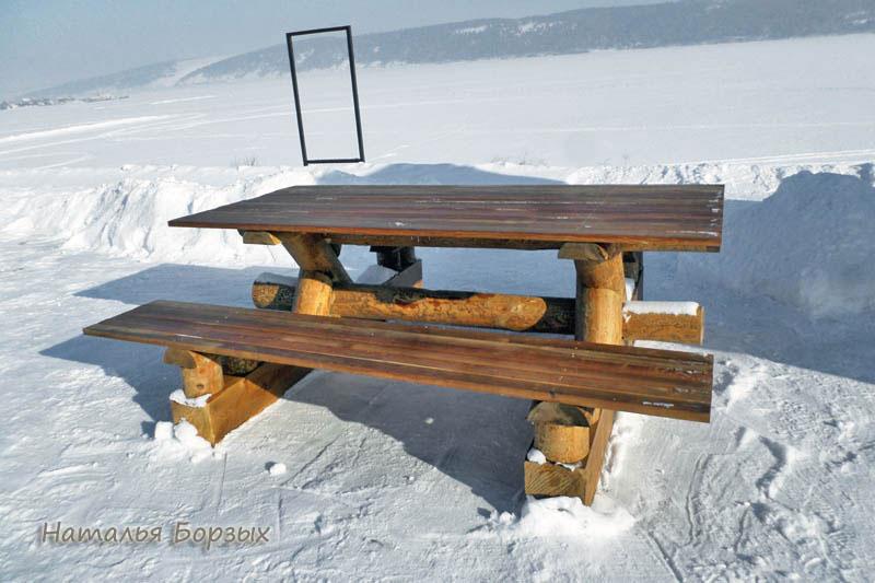 красивая мебель на берегу
