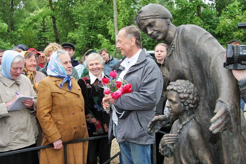 памятник Пушкину с Ариной Родионовной создан на средства М.Задорнова