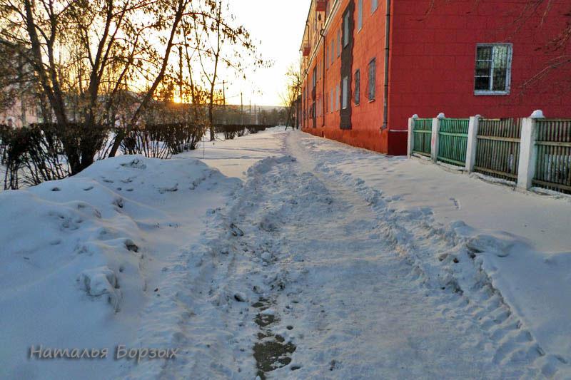 а тут всю зиму не чистили тротуар