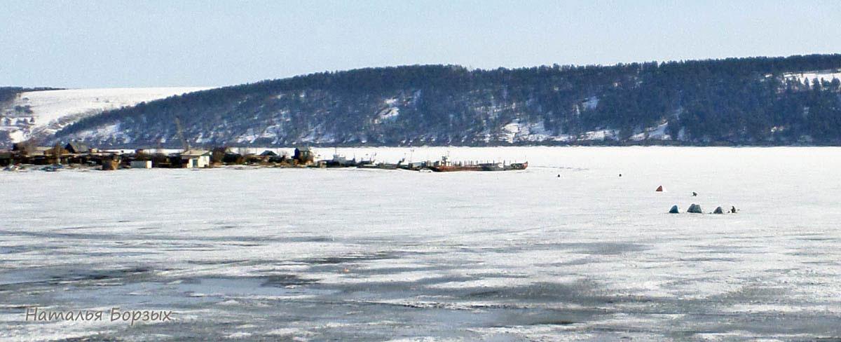 вид на Стрелку, справа палатки рыбаков