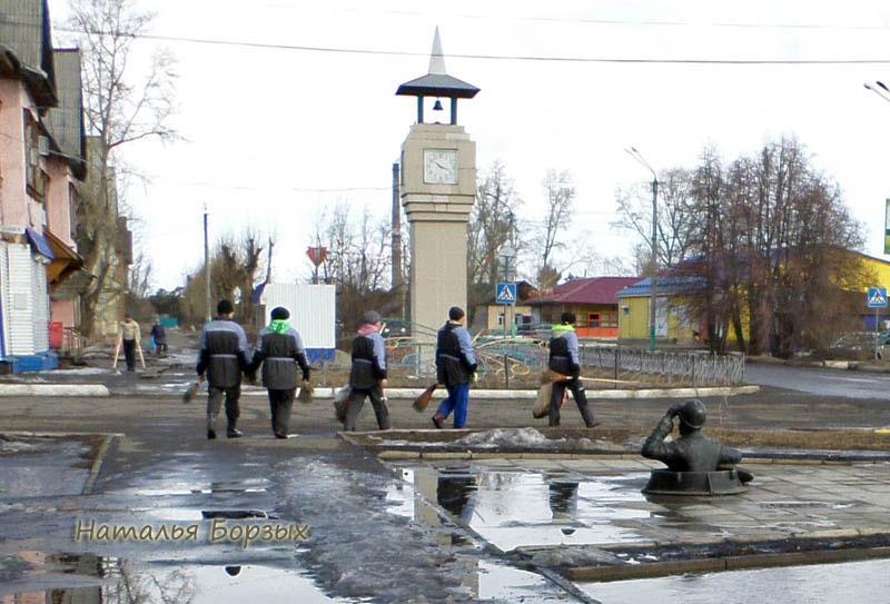 коммунальщики идут убирать тротуары в парке