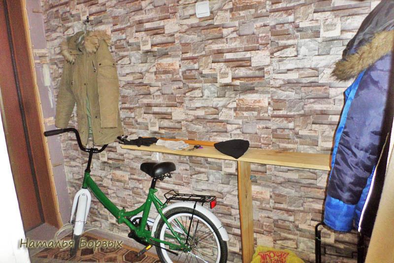 полка в прихожей делалась с учётом габаритов велосипеда