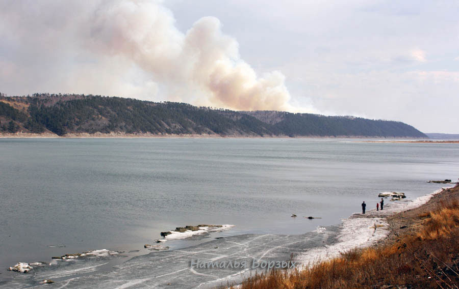 14 апреля, лёд почти прошёл, остались небольшие закраины, за горой виден дым от пожара в Бурети