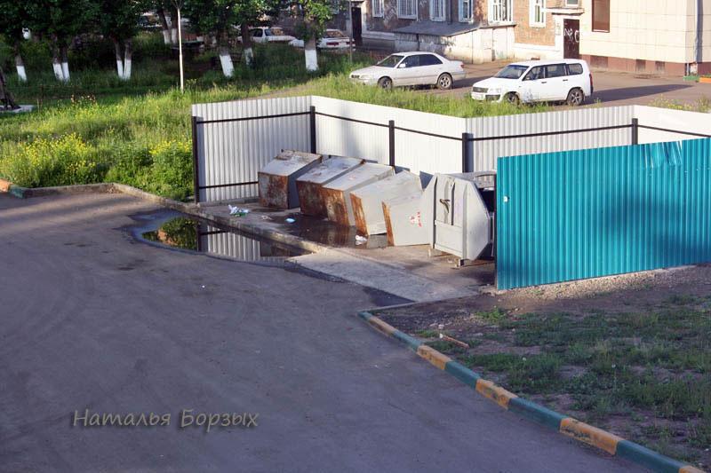 арбайтеры перевернули мусорные баки
