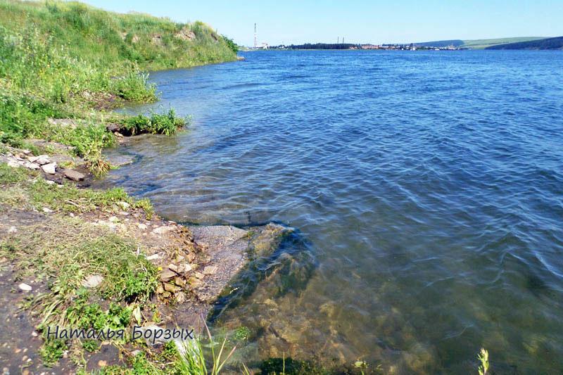 камни на берегу затопило