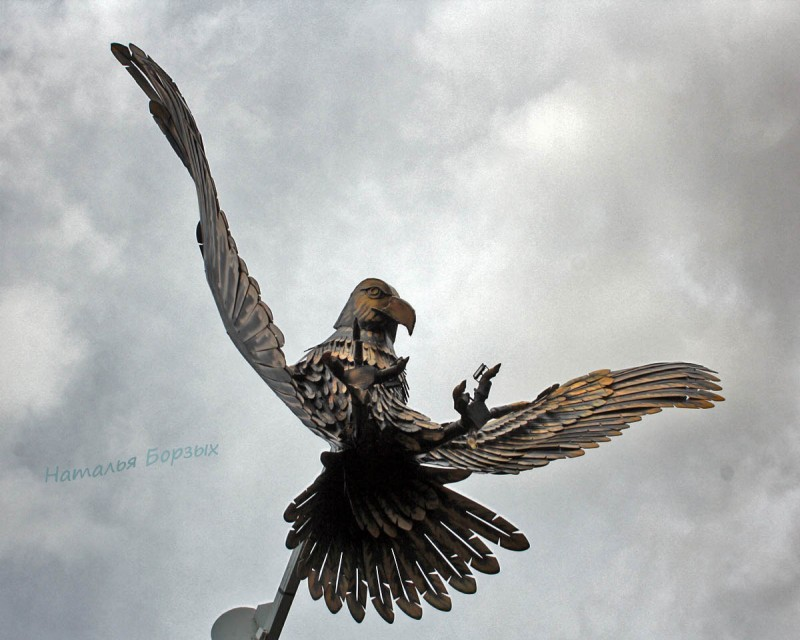 Возрождённый орёл парит над городом