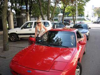 Слава в красной спортивной машине с блондинкой :)