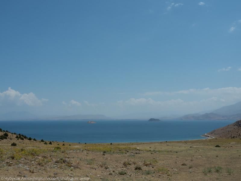 Остров Ахтамар (справа) и остров Артер (слева) от дороги к монастырю Кармракванк.