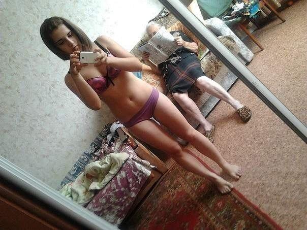 песочница-бабушка-девушки-зеркало-86077
