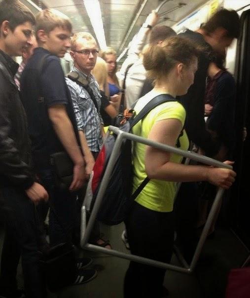 Девушки в общественном транспорте фото