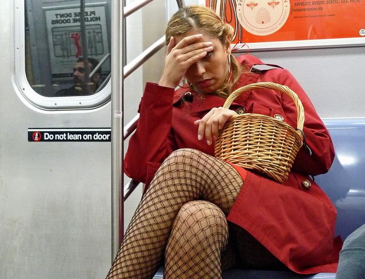 прислоняются к телкам в общественном транспорте