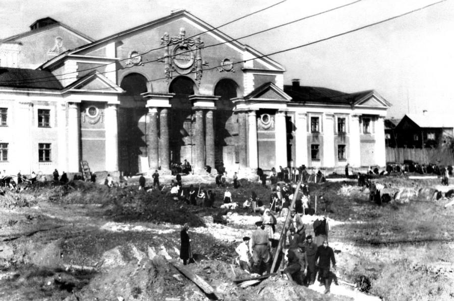 Субботник по планировке площади перед ДК завода.1956г