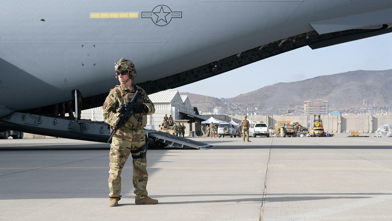 Кто будет прикрывать последний американский самолет из Кабула?