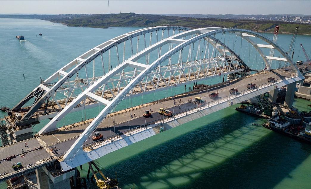 Лепота! Укладка асфальта на автодорожной арке Крымского моста