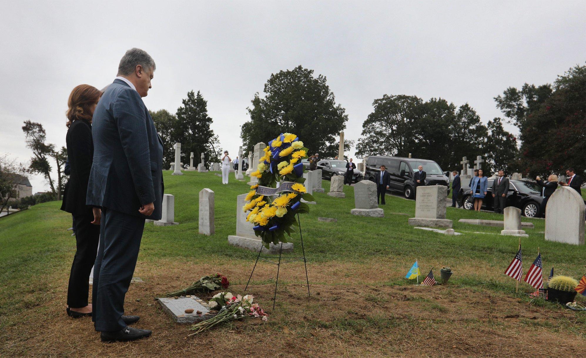 Порошенко заехал на кладбище, где его уже ждал Маккейн