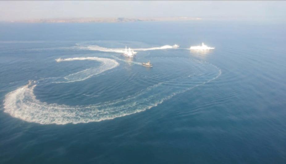 Украинские корабли устроили провокацию в Керченском проливе. Итог: протараненный украинский буксир