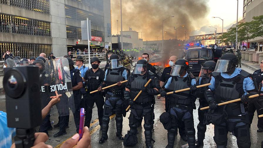 Ролик с подборкой эпизодов «трепетного» отношения полиции США к протестующим