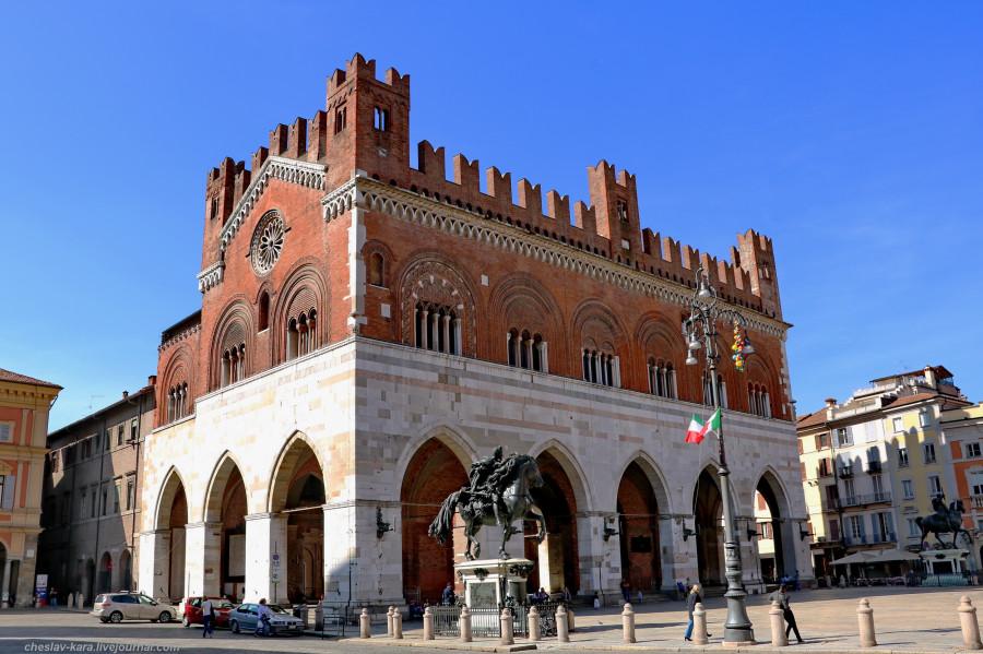 0 20 Пьяченца _1012 Palazzo Gotico.jpg