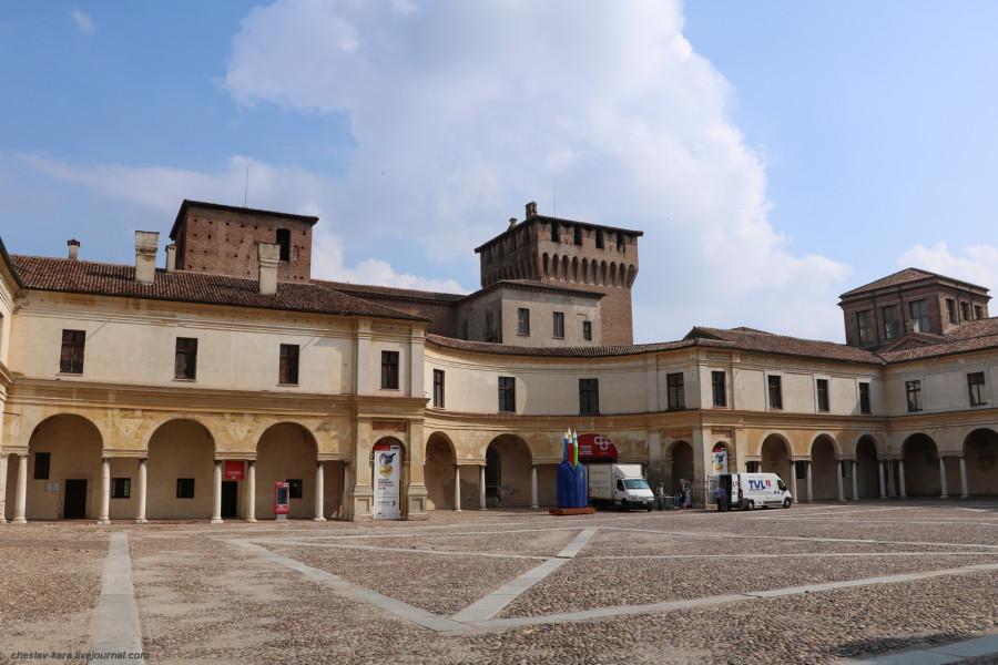 48 30 Мантуя _1680 Piazza Castello.JPG