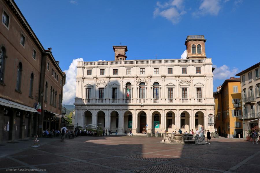 44 40 Бергамо _1904 Piazza Vecchia и Palazzo Nuovo.JPG