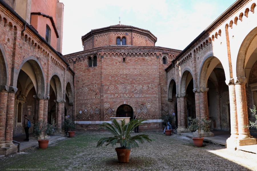 70 50 Болонья _2950 Chiesa del Santo Sepolcro, Cortile di Pilato.JPG