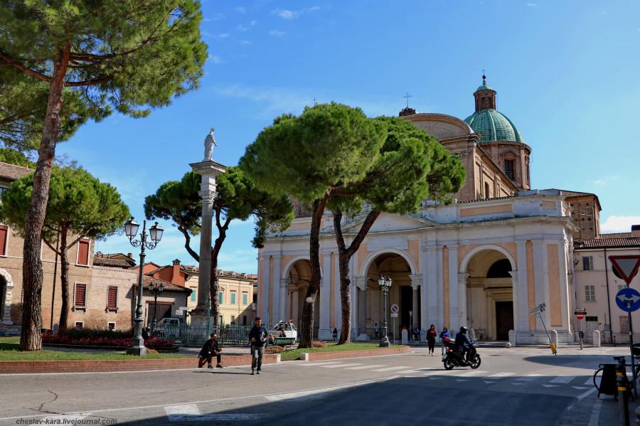 40 60 Равенна _2230 Piazza Duomo и собор.JPG