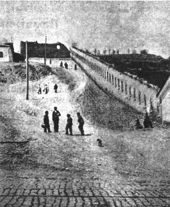 Для фланкирования стены артиллерийским огнём, был сделан перелом с двумя орудийными амбразурами. Но пушки здесь ни когда не устанавливались. Участок с амбразурами до настоящего времени не сохранился.