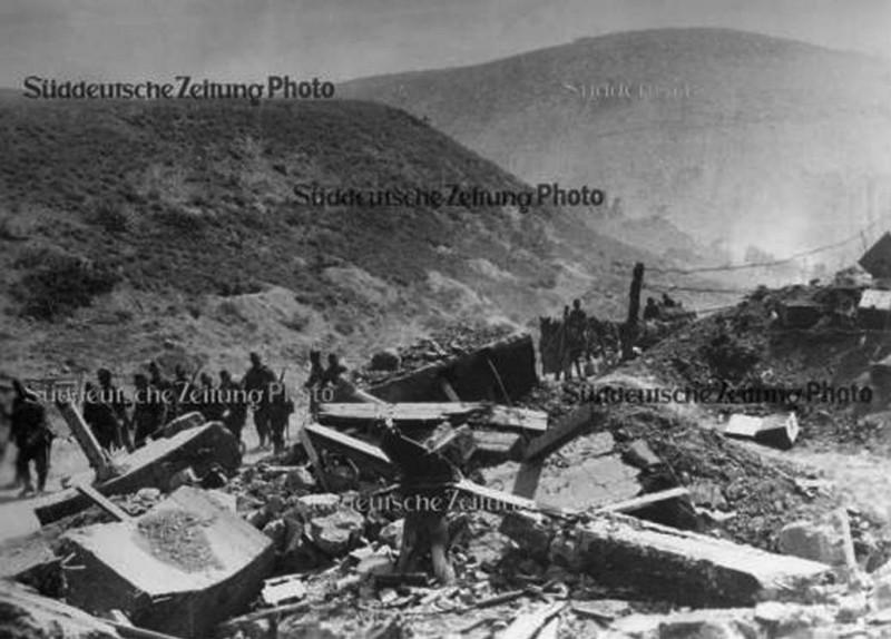 Обломки ДОТ №71, снимок 1942 г. В центре видна тумба 45 мм пушки 21-К. Также хорошо видно, торчащие из блоков обрезки рельсов, служивших для скрепления блоков между собой.