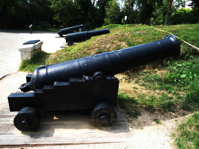 Оба орудия в экспозиции. Между ними стоит ½-пуд. крепостной единорог 1837 г.