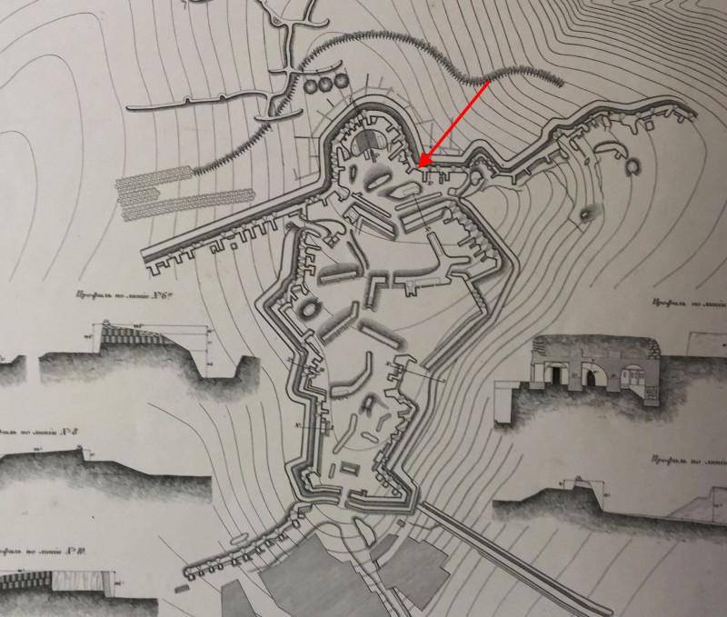 План Корниловского бастиона, на Малаховом кургане, к концу осады. Стрелкой отмечено место, где было найдено орудие.