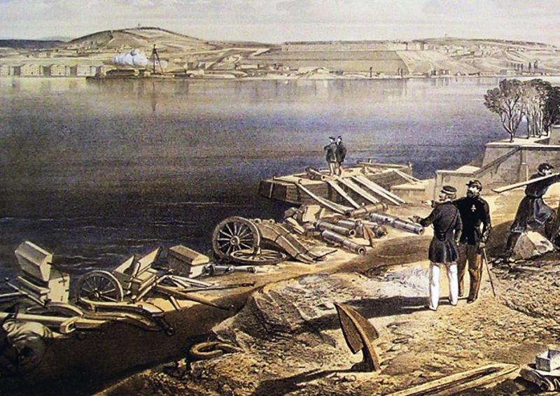 Полевые орудия и зарядные ящики, брошенные у места переправы на Северную сторону. На заднем плане видна лестница Графской пристани.