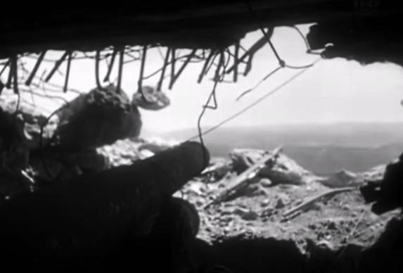 ДОТ №27. Вид из амбразуры, заснятый фронтовым кинооператором, позволил довольно надёжно идентифицировать данное сооружение. Виден ствол орудия Лендера об. 1915 г.