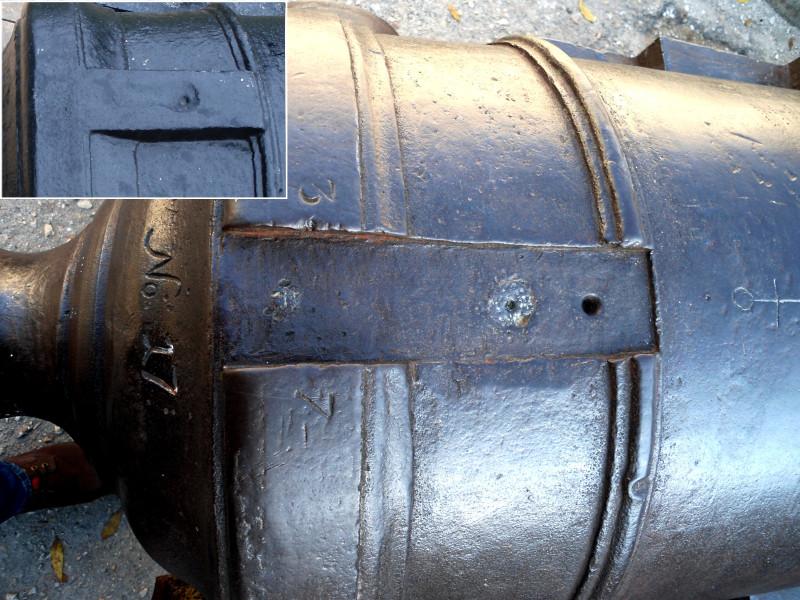 Интересно, что данное орудие было переделано под использование замка, ударного или кремневого. Первоначально у запала размещался невысокий прилив – возвышение из металла в виде планки. У самого отверстия запала имелось небольшое углубление, т. н. раковина (как запал с приливом выглядел изначально, показано на врезке). Здесь же, прилив срублен и высверлено два отверстия под болты крепящие замок. Кроме того, у пушки запал просверлен в медном затравочном винте. Подобный способ устройства запала у чугунных орудий применяется при их ремонте. Например, в случаях, если старый запал слишком расширился от стрельбы или если при производстве орудия, запал был просверлен не правильно.