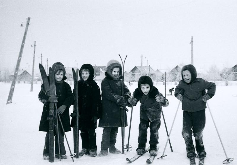 """Картинка не моя, автор Сергей Юрьев, называется """"Урок физкультуры в Ульяновске. 1967 год"""". Но так вот всё и выглядело везде, с той разницей, что у нас на зимний урок в длинном пальто на ватине не пускали - только в куртке или свитере, а вот обуви специальной не требовалось - в чем пришли, к тому лыжи и крепились, благо в этом возрасте девочки о каблуках ещё и мечтать не смели."""
