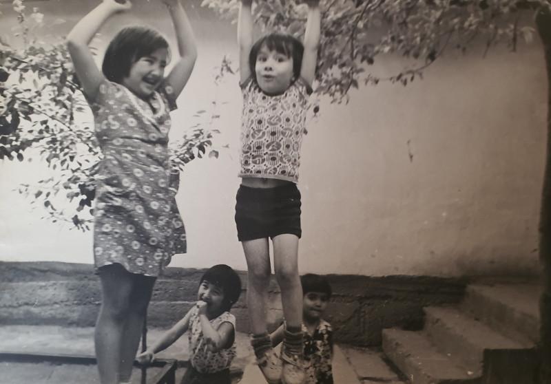 А это гимнастика на винограднике, и в кадр попали две сестрёнки-соседки и ещё одна малышка из их двора. Та, что в халатике рядом с моей гимнасткой — Гульнара, а та, что кулачок ко рту прижала — Гульноза.