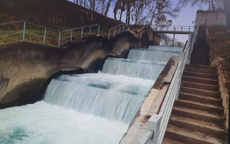 В энторнетах нашла - каскад Бурджарской ГЭС. Фото цветное, а спуск такой же обшарпанный. Правда, перила подкрасили - в моё время они были хронически ржавыми