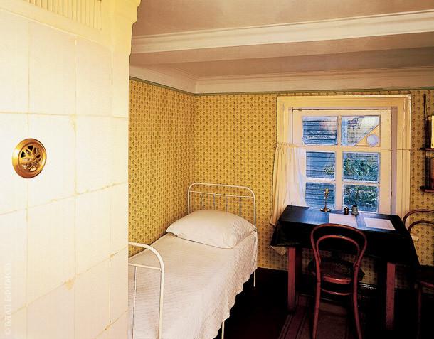 Справедливости ради - отдельные спальни были только у старших - гимназистов, маленькие по двое спали в детской