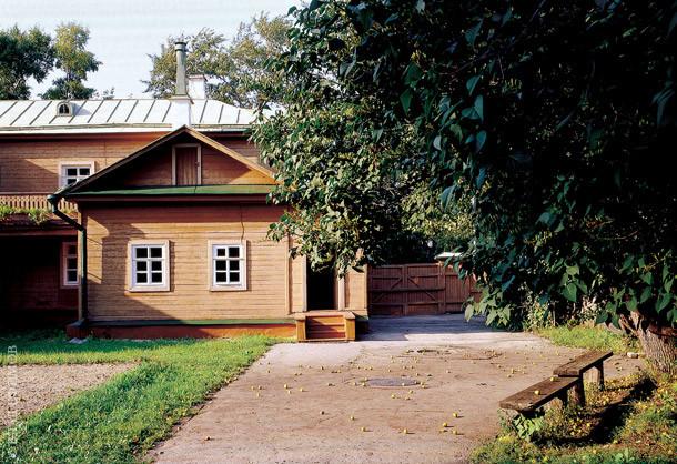 Садик вокруг дома - два гектара. Марии Александровне, что правда, то правда, было чем заняться.