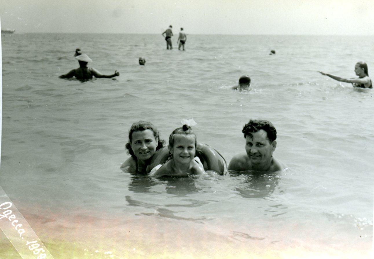 А ведь могли бы поехать на море! Золотое детство - и никакой антисоветчины.