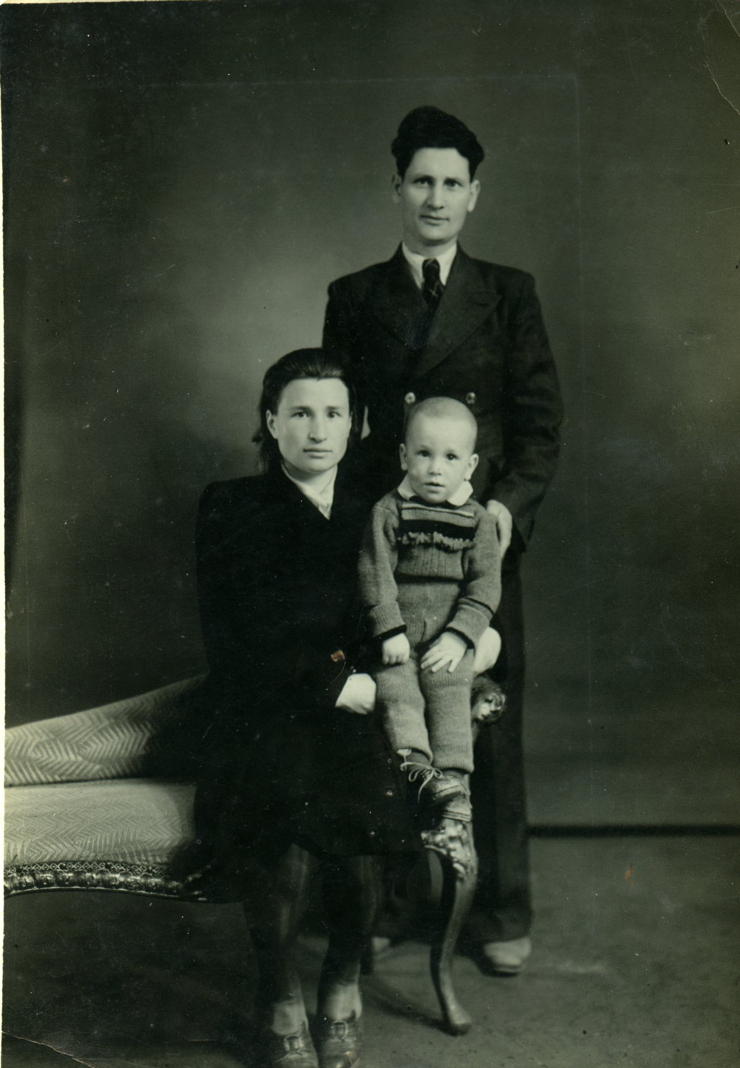 """""""Барыня"""" Клавка со своим прекрасным """"хохлом"""" и старший мой брат Валерик. Китай, Дальний, 1950 год. Фотоателье. между прочим, белоэмигрантское..."""