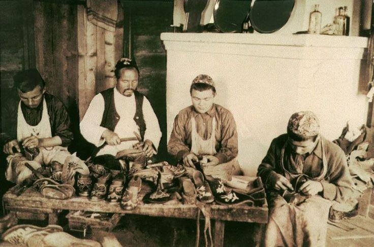 татарские сапожники за изготовлением ичиг