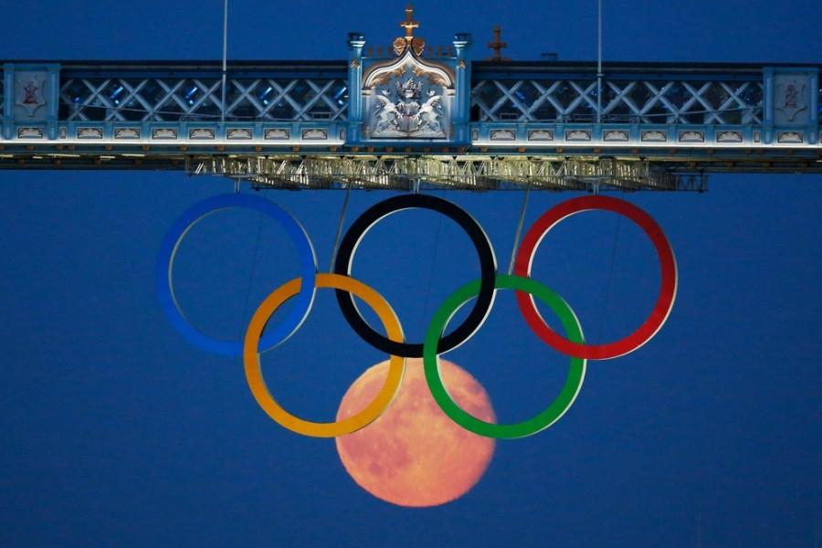 Луна   над Олимпийским  Лондоном.