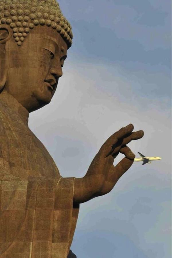 статуя Будды захватывает пассажирский самолет за хвост