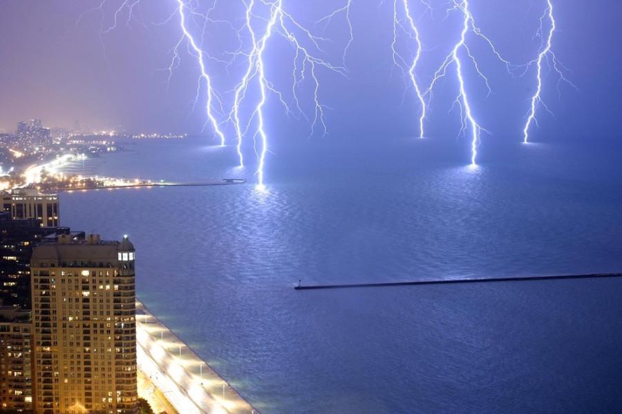 Шесть ударов молнии сразу на озере Мичиган