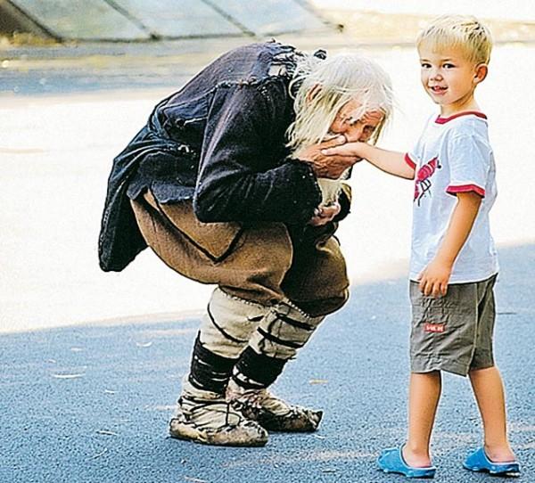 Старец Добри Добрев известен всей стране. За последние 100 лет не было здесь такого богатея, который пожертвовал бы на храм больше, чем этот нищий старичок. А Болгария сейчас может рассчитывать только на Божью помощь. Фото: Йордан СИМЕОНОВ.