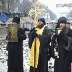 монахи на площади