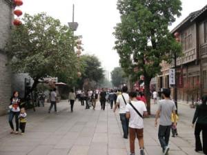 Улица-музей: сувенирные лавки, старинные усадьбы, аптеки, туристы...